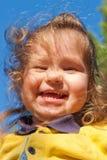 Piccolo bambino sorridente contro il cielo immagine stock