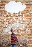 Piccolo bambino sotto le gocce di pioggia bianche del cartone Fotografia Stock
