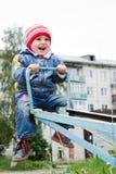 Piccolo bambino sveglio all'oscillazione Fotografia Stock Libera da Diritti