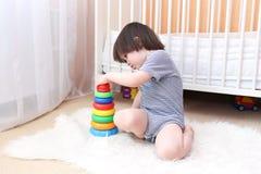 Piccolo bambino sveglio che gioca i blocchetti di incastramento a casa Fotografia Stock