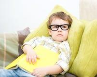 Piccolo bambino con il libro Immagini Stock