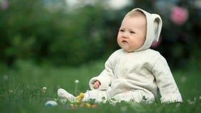 Piccolo bambino sveglio del bambino che gioca nel parco su erba al tempo di giorno video d archivio