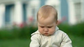 Piccolo bambino sveglio della neonata del bambino che gioca nel giardino su erba al tempo di giorno stock footage