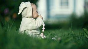 Piccolo bambino sveglio della neonata del bambino che gioca nel giardino su erba al tempo di giorno archivi video