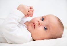 Piccolo bambino sveglio sul letto Fotografia Stock
