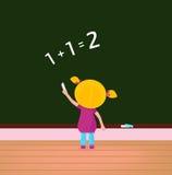 Piccolo bambino sveglio sulla lezione di per la matematica nel banco Immagine Stock