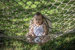 Piccolo bambino in un'amaca fotografie stock