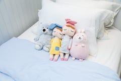 Piccolo bambole variopinte sveglie nella camera da letto del bambino fotografia stock