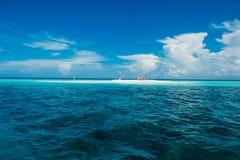 Piccolo banco di sabbia sull'Oceano Indiano Fotografia Stock