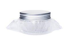Piccolo barattolo o contenitore di plastica con il cappuccio di alluminio del coperchio Immagini Stock Libere da Diritti