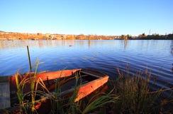 Piccolo barge dentro il lago. Fotografia Stock