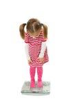 Piccolo basamento divertente della ragazza sulle scale Fotografia Stock Libera da Diritti