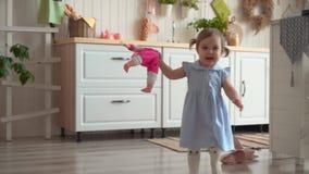 Piccolo bella neonata passa la cucina stock footage