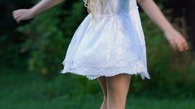 Piccolo bello dancing della ragazza, esaminante il suo vestito di filatura, infanzia felice stock footage