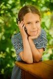 Piccolo bello primo piano della ragazza del telefono cellulare Immagini Stock