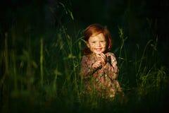 Piccolo bello sorridere dai capelli rossi della neonata della ragazza, sedentesi nella t Fotografie Stock Libere da Diritti