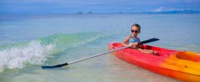 Piccolo blu adorabile di kayak della ragazza in chiaro Fotografie Stock