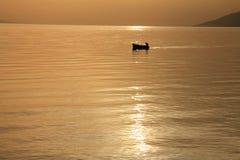 Piccolo boath con il bello tramonto Fotografia Stock Libera da Diritti