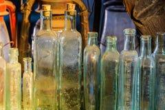 Piccolo bottiglie di vetro di tintura e della medicina immagini stock