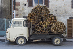 Piccolo camion che trasporta legno Fotografie Stock