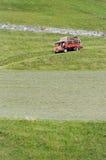 Piccolo camion della trazione integrale alla raccolta del fieno Fotografia Stock