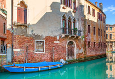 Piccolo canale a Venezia, Italia fotografie stock libere da diritti