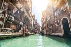 Piccolo canale veneziano e vecchi mura di mattoni con il traditiona d'annata Immagini Stock Libere da Diritti
