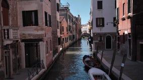 Piccolo canale vuoto a Venezia stock footage