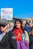 Piccolo cane nello sbadiglio purulento rosa del cappello circondato dalla gente in cappelli purulenti al marzo delle donne a Tuls Immagine Stock Libera da Diritti