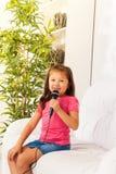 Piccolo cantante sveglio Fotografia Stock