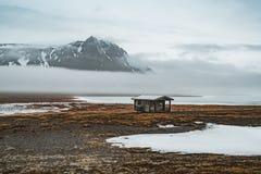 Piccolo capin dell'Islanda con la riflessione della montagna con ghiaccio e le nuvole Penisola di Snaesfellnes immagini stock