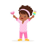 Piccolo carattere africano sveglio della ragazza che ritiene soddisfatto della sua illustrazione di vettore del fumetto del gelat illustrazione vettoriale