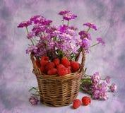 Piccolo cestino con un lampone ed i colori Fotografia Stock
