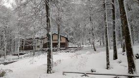 Piccolo chalet della montagna tipico di apennines italiano con neve fotografia stock libera da diritti