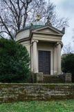 Piccolo cimitero Archite chiuso funereo europeo tedesco del mausoleo Immagini Stock Libere da Diritti
