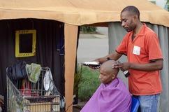 Piccolo commercio africano del barbiere di taglio di capelli fotografia stock libera da diritti