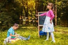 Piccolo compagni di classe sta imparando i numeri Di nuovo al banco Il concetto di istruzione, scuola, infanzia fotografia stock