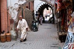 Piccolo compera intorno il mercato con i locali che camminano a casa alla conclusione del giorno lavorativo immagine stock libera da diritti