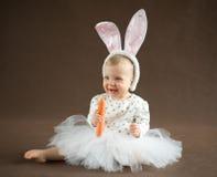 Piccolo coniglietto sveglio con la carota Fotografia Stock Libera da Diritti