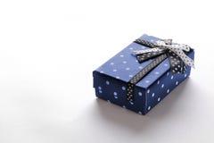 Piccolo contenitore di regalo blu con il nastro ed i cerchi Fotografia Stock