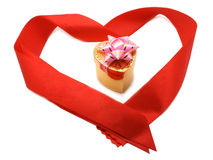Piccolo contenitore di regalo in nastro rosso Immagine Stock