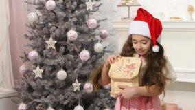 Piccolo contenitore di regalo sveglio di Natale di apertura della ragazza archivi video