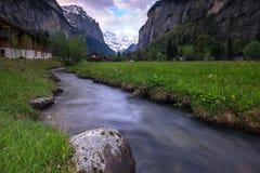 Piccolo corso d'acqua che passa la valle di Lauterbrunnen, Svizzera Immagine Stock Libera da Diritti