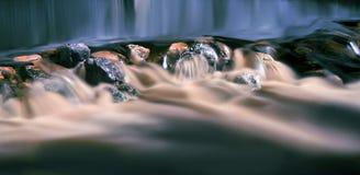 Piccolo corso d'acqua con le rocce Immagini Stock Libere da Diritti
