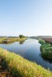 Piccolo corso d'acqua con un pilastro di legno di pesca Fotografie Stock