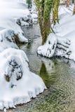 Piccolo corso d'acqua in neve fotografie stock libere da diritti