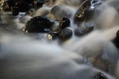 Piccolo corso d'acqua, piccola cascata Fotografia Stock Libera da Diritti