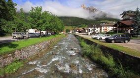 Piccolo corso d'acqua in Pozza di Fassa stock footage