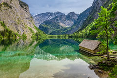 Piccolo cottage sbalorditivo sul lago Obersee in alpi Immagine Stock