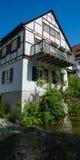 Piccolo cottage tedesco con il balcone sul fiume Ulm Fotografia Stock